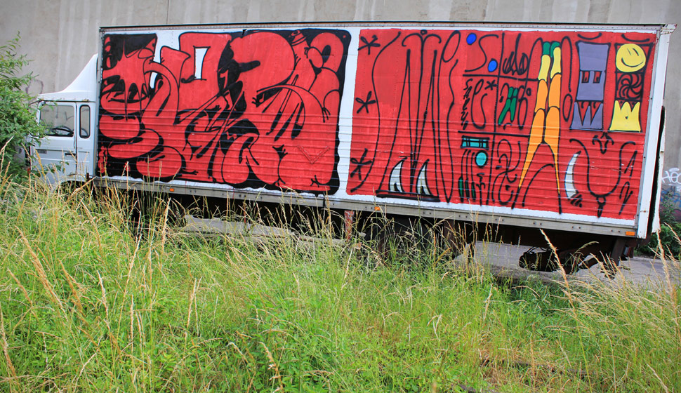horfe | saeio | red | truck | paris
