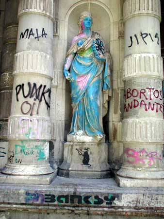 banksy | statue | barcelona